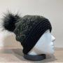Bonnet noir avec strass et pompon