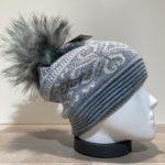 Bonnet bleu avec strass et pompon