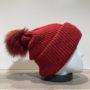 Bonnet uni rouge transformable en tour de cou avec pompon