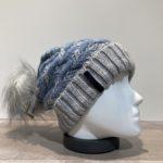 Bonnet bleu avec pompon