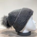 Bonnet uni anthracite transformable en tour de cou avec pompon