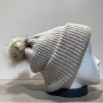 Bonnet uni beige transformable en tour de cou avec pompon