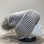Bonnet uni gris transformable en tour de cou avec pompon