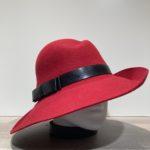 Chapeau feutre laine asymétrique bord franc rouge