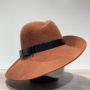 Chapeau feutre laine asymétrique bord franc rouille