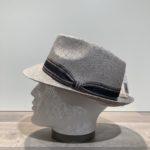 Chapeau trilby gris ajouré